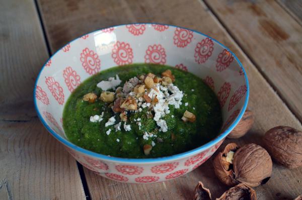 Broccolisoep met geitenkaas en walnoten