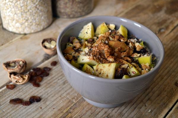 Gezond ontbijt van yoghurt met appel en rozijnen