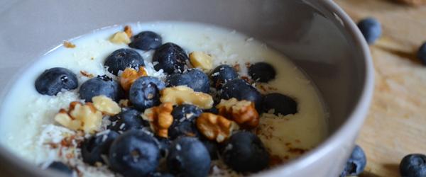 Yoghurt met blauwe bessen, lijnzaad, chai, kokos en walnoten