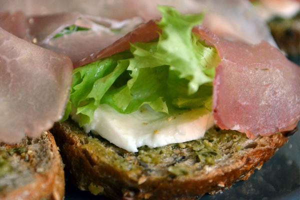 Speltbrood met rauwe ham en mozzerella