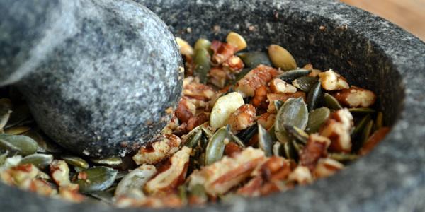 Stamp de noten in een vijzel