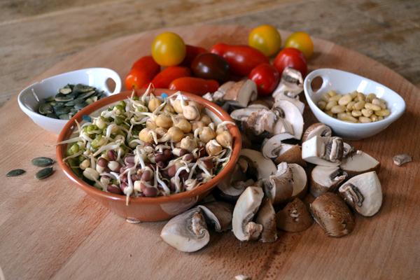 salade van kiemgroenten en wilde tomaten