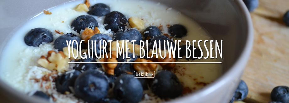 Een gezond ontbijt van yoghurt met blauwe bessen